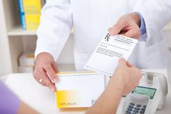 Köpande receptmedicin på apotek Royaltyfri Foto