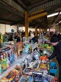 Köpare och säljare skriver allra av gods på Melton Mowbray carbootförsäljningar, Leicestershire Royaltyfri Foto