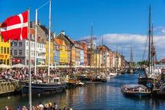 KÖPENHAMN DANMARK - MAJ 29: Fartyg i Nyhavn på Maj 29, 2014 in Royaltyfria Foton