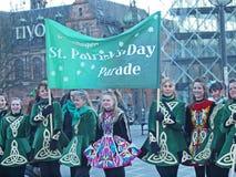 Deltagare på Sts Patrick dag ståtar Royaltyfri Fotografi
