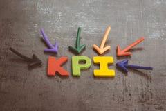 KPI、主要绩效显示企业目标和目标管理概念由指向五颜六色的字母表首字母缩略词的多个箭头 库存照片