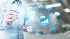 KPI - Индикатор ключевой производительности Дело и анализ отраслевой структуры Интернет и концепция технологии на виртуальном экр стоковые изображения