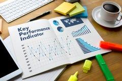 KPI-acroniem (Zeer belangrijke Prestatie-indicator) Commerciële teamhanden bij w stock afbeelding