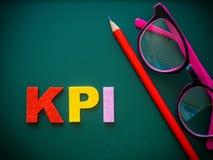 KPI alfabet med den röda blyertspennan och rosa exponeringsglas Royaltyfri Foto