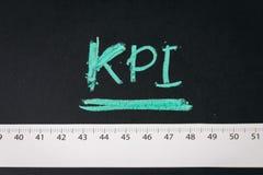 KPI, indicador de desempenho chave, medidor para medir o objetivo do sucesso comercial ou da campanha de marketing e a realização fotos de stock