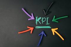 KPI, indicador de rendimiento clave, métrica para medir la meta y el logro de la blanco, flecha del éxito empresarial o de la cam foto de archivo