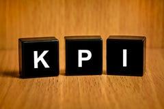 KPI o texto del indicador de rendimiento clave en bloque Imagen de archivo libre de regalías