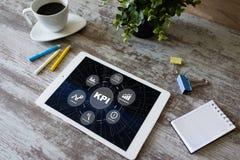 KPI - Zeer belangrijke prestatie-indicator De verbetering van de bedrijfsprocesefficiency stock afbeelding
