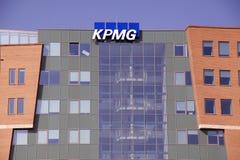 Kpmg bokstäver på huvudkontoret i Amsterdam Arkivbilder