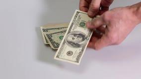 Krótki film pokazuje męską sprawdza wiązkę dolarowi rachunki Dolarowy rachunek zbiory wideo