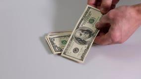Krótki film pokazuje męską sprawdza wiązkę dolarowi rachunki Dolarowy rachunek Finansowi tła zdjęcie wideo