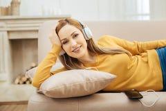 Kräftige Frau, die sich zu Hause auf dem Sofa entspannt Lizenzfreies Stockbild