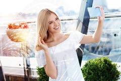 Kräftige glückliche Frau, die selfie nimmt Stockfotografie