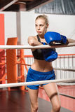Kräftige starke Frau, die nach Kampf stillsteht Stockfotografie