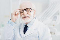 Kräftiger männlicher Doktor, der Patienten grüßt stockfotografie