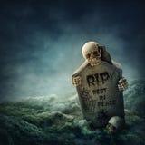 Krähe, die auf einem Grabstein sitzt Lizenzfreie Stockfotos