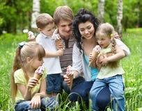 kräm- äta familjisungar royaltyfri foto