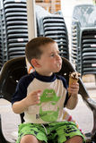 kräm- äta islitet barn Arkivbild