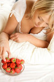 kräm- äta jordgubbekvinna Royaltyfri Foto