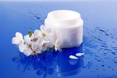 kräm- ansiktsbehandling som moisturizing Arkivfoton