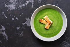 Kräm av soppa med spenat och krutonger Grönsakvegetariansoppa Bästa sikt, kopieringsutrymme, lekmanna- lägenhet arkivbilder