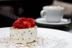Kräm- efterrätt för jordgubbe Royaltyfri Foto