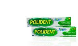 Kräm för bindemedel för tandprotes Polident för ny mintkaramell i den isolerade asken Extra tuggastyrka och extra håll Produkt av arkivbild