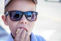kräm- is för pojke arkivbild