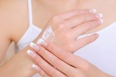 kräm- händer som moisturizing att använda för skincare Royaltyfri Foto