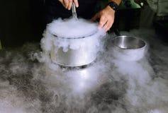 kräm- isflytande som gör ett gasformigt grundämne Arkivfoton