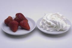 kräm- jordgubbar Arkivfoto