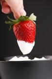kräm- jordgubbar royaltyfria foton