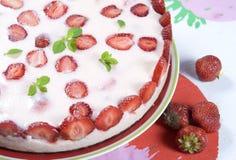 kräm- jordgubbe för cake arkivbilder