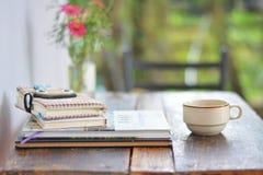 Kräm- kaffekopp med bunten Arkivfoton