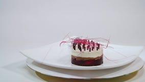 Kräm- kaka med tre lager på en platta Kräm- kaka med tre lager som dekoreras med chokladsmulor och choklad lager videofilmer
