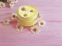 Kräm- kosmetisk blomma för friskhet för tusenskönaextraktprodukt på en rosa träbakgrund fotografering för bildbyråer