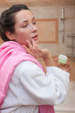 kräm- kvinnabarn för cosmetic Royaltyfria Foton