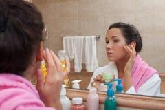 kräm- kvinnabarn för cosmetic Arkivbild