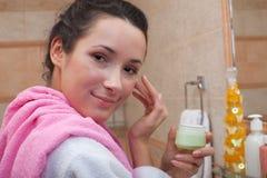 kräm- kvinnabarn för cosmetic Arkivfoto