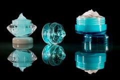 Kräm- lotion och stelnar - skönhetsmedel Arkivbild
