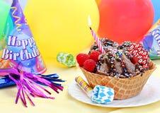 kräm- lycklig is för födelsedag Arkivfoton