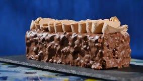 kräm- muttrar för cake Chokladkaka med muttrar och chokladchiper Chokladkaramellmuffin med muttrar och Royaltyfri Fotografi