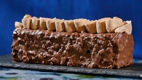 kräm- muttrar för cake Chokladkaka med muttrar och chokladchiper Chokladkaramellmuffin med muttrar och Royaltyfria Foton