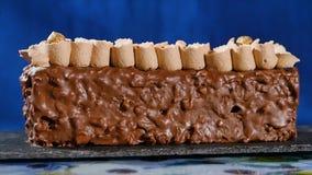 kräm- muttrar för cake Chokladkaka med muttrar och chokladchiper Chokladkaramellmuffin med muttrar och Royaltyfri Foto