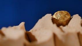 kräm- muttrar för cake Chokladkaka med muttrar och chokladchiper Chokladkaramellmuffin med muttrar och Fotografering för Bildbyråer