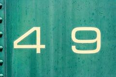 kräm 49 och grön gammal metallbakgrundstextur Arkivfoton