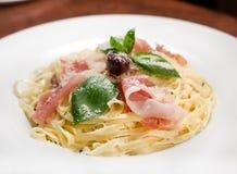 kräm- prosciuttospagetti arkivbilder