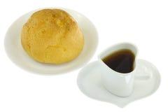 Kräm- puff och kaffe Royaltyfria Bilder