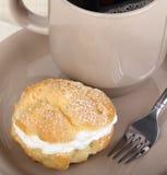 Kräm- Puff och kaffe Royaltyfri Fotografi