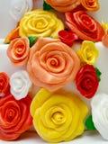 Kräm- rosor på kakan royaltyfri foto